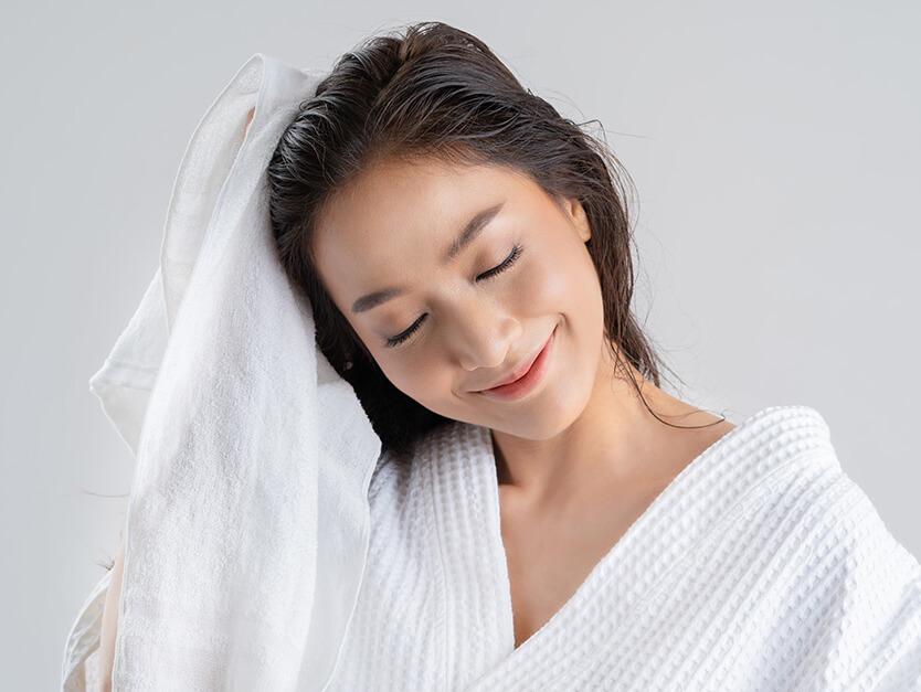 Come asciugare i capelli senza il phon e averli in ordine?