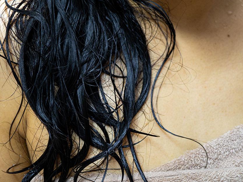 Il lavaggio aumenta la caduta capelli? Quando preoccuparsi