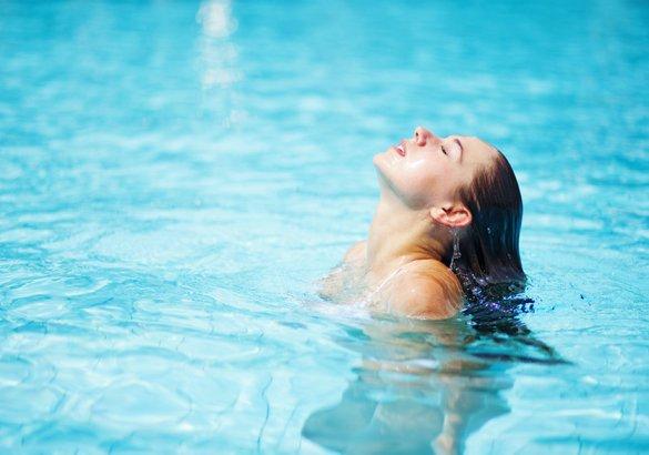 Cuoio capelluto e cloro: come rinvigorire i capelli dopo la piscina