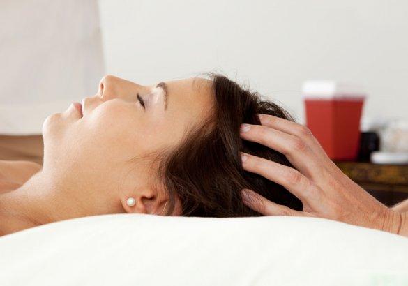 Rinforzare i capelli con il massaggio del cuoio capelluto